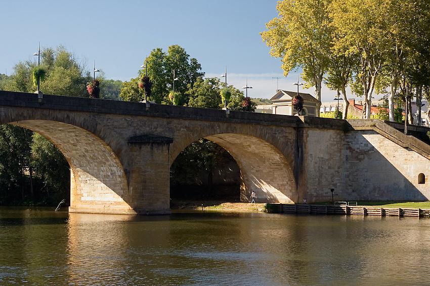 Pont Louis Philippe sur la riviere Le Lot, a la sortie sud de Cahors.<br /> Bridge Louis Philippe on the river the Batch, at the southern exit of Cahors.