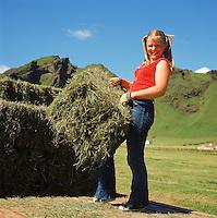 Heyskapur vi&eth; Drangshl&iacute;&eth; og Skar&eth;shl&iacute;&eth; undir Eyjafj&ouml;llum, 1970<br /> <br /> Haymaking at Drangshl&iacute;&eth; and Skar&eth;shl&iacute;&eth;, south Iceland, 1970