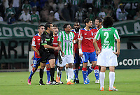 MEDELLÍN -COLOMBIA-11-03-2014. Jugadores de Atlético Nacional de Colombia y de Nacional de Uruguay discuten con el arbitro durante el partido de la segunda fase, grupo 6 de la Copa Libertadores de América en el estadio Atanasio Girardot en Medellín, Colombia./ Players of Atletico Nacional of Colombia and Nacional of Uruguay disscus with the referee during macth of the second phase, group 6 of the Copa Libertadores championship played at Atanasio Girardot stadium in Medellin, Colombia. Photo: VizzorImage/ Luis Ríos /STR