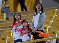 BOGOTA - COLOMBIA - 30-04-2016: Hinchas de Independiente Santa Fe, animan a su equipo, durante partido por la fecha 16 entre Independiente Santa Fe y Rionegro Aguilas, de la Liga Aguila I-2016, en el estadio Nemesio Camacho El Campin de la ciudad de Bogota.  / Fans Independiente Santa Fe, cheer for their team during a match of the date 16 between Independiente Santa Fe and Rionegro Aguilas, for the Liga Aguila I -2016 at the Nemesio Camacho El Campin Stadium in Bogota city, Photo: VizzorImage / Luis Ramirez / Staff.