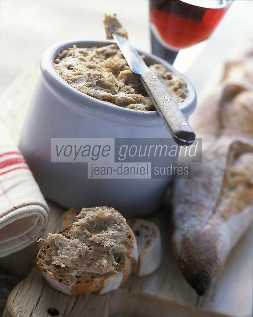 Europe/France/Pays de la Loire/72/Sarthe/Le Mans: Rillettes du Mans ou Rillettes de la Sarthe - Pot de rillettes du Mans, baguette de pain et verre de vin rouge