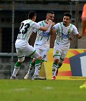 ENVIGADO - COLOMBIA, 03-04-2019: Sherman Cárdenas, de Atlético Bucaramanga celebra con sus compañeros de equipo el segundo gol anotado al Envigado F. C., durante partido entre Envigado F. C. y Atlético Bucaramanga de la fecha 13 por la Liga Águila I 2019, en el estadio Polideportivo Sur de la ciudad de Envigado. / Sherman Cardenas, of Atletico Bucaramanga celebrates with his teamates the second scored goal to Envigado F. C., during a match between Envigado F. C., and Atletico Bucaramanga of the 13th date  for the Leguaje Aguila I 2019 at the Polideportivo Sur stadium in Envigado city. Photo: VizzorImage / León Monsalve / Cont.