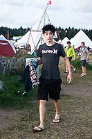 A scout is running toward the shower. Photo: Fredrik Sahlström/Scouterna