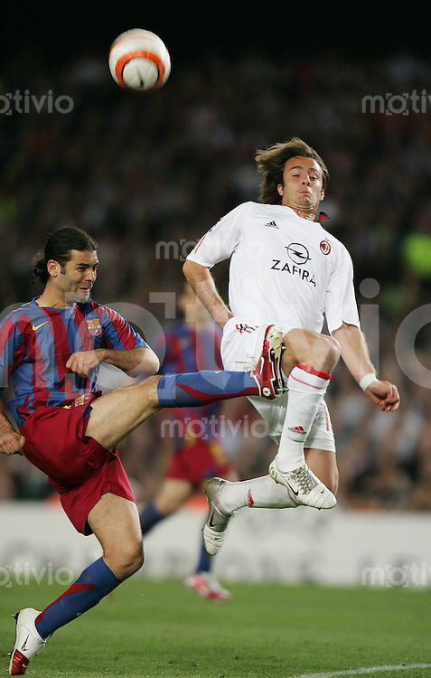FUSSBALL Champions League 2005/2006 Halbfinal Rueckspiel FC Barcelona 0-0 AC Mailand  Rafael Marquez (FC B,li) gegen Alberto Gilardino (AC)