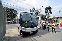 SÃO PAULO, SP, 31 DE MARÇO DE 2013 - CAMPEONATO PAULISTA - SÃO PAULO x CORINTHIANS: Onibus do Corinthians chega ao Estádio do Morumbi para a partida São Paulo x Corinthians, válida pela 16ª rodada do Campeonato Paulista de 2013, disputada no estádio do Morumbi em São Paulo. FOTO: LEVI BIANCO - BRAZIL PHOTO PRESS