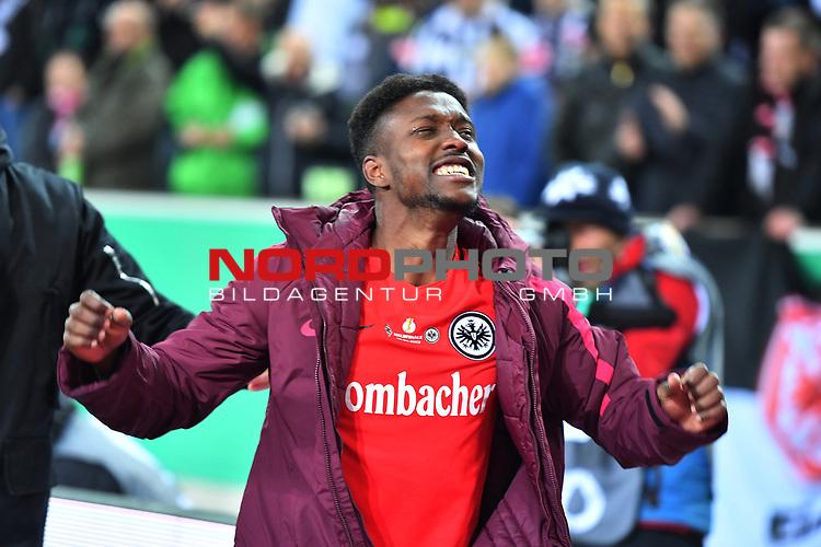 25.04.2017, Borussia-Park, Moenchengladbach, GER, DFB Pokal Halbfinale, Borussia Moenchengladbach vs Eintracht Frankfurt<br /> <br /> im Bild / picture shows: <br /> Frankfurt gewinnt mit 6:7 n. E. die Mannschaft und die Fans feiern ausgelassen Taleb Tawatha (Frankfurt# 33),<br /> <br /> <br /> <br /> Foto &copy; nordphoto / Meuter