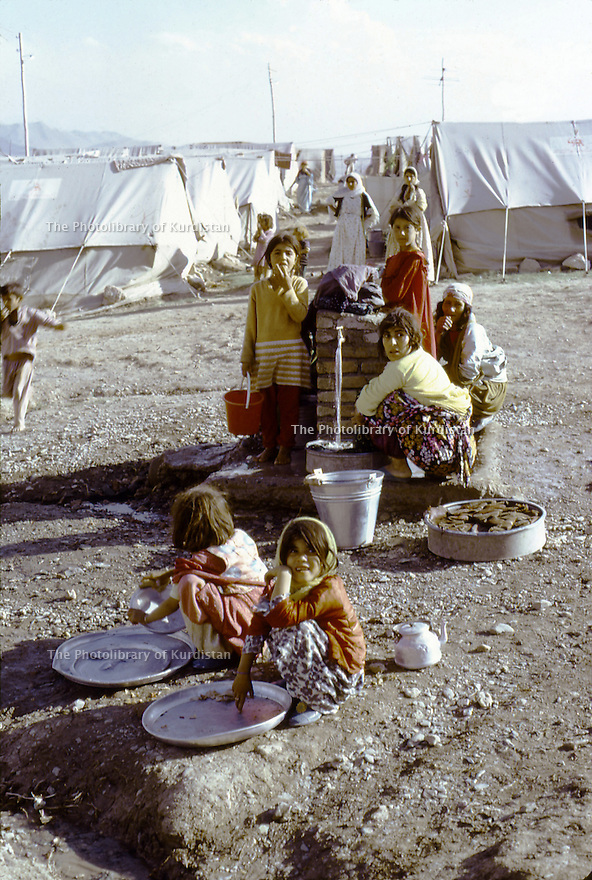 Iran 1974.Camp de réfugiés kurdes à Nelliwan, la corvée d'eau.Iran 1974.Kurdish refugees' camp, women at the drinking fountain