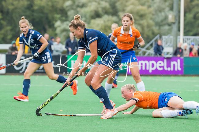 BLOEMENDAAL  - Anouk Lambers (Pinoke) met Laurien Boot (Bldaal)   tijdens de hoofdklasse competitiewedstrijd vrouwen , Bloemendaal-Pinoke (1-2) . COPYRIGHT KOEN SUYK