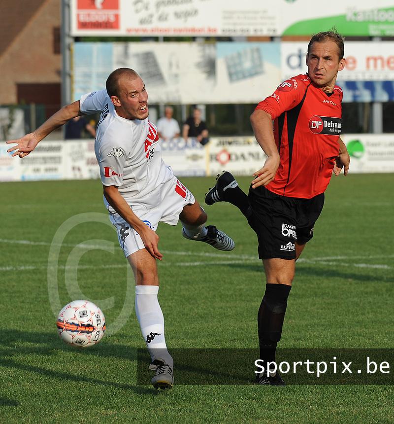 Sint-Eloois-Winkel Sport - SV Temse :<br /> <br /> Dieter Yde (R) in duel met A&auml;ron Verwilligen (L)<br /> <br /> foto VDB / BART VANDENBROUCKE