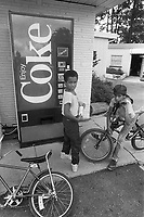 - children near a soft drinks dispenser....- bambini presso un distributore di bibite....