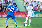 Toni Kroos of Real Madrid (R) fights for the ball with Francisco Portillo Soler of Getafe CF (L) during the La Liga 2017-18 match between Getafe CF and Real Madrid at Coliseum Alfonso Perez on 14 October 2017 in Getafe, Spain. Photo by Diego Gonzalez / Power Sport Images