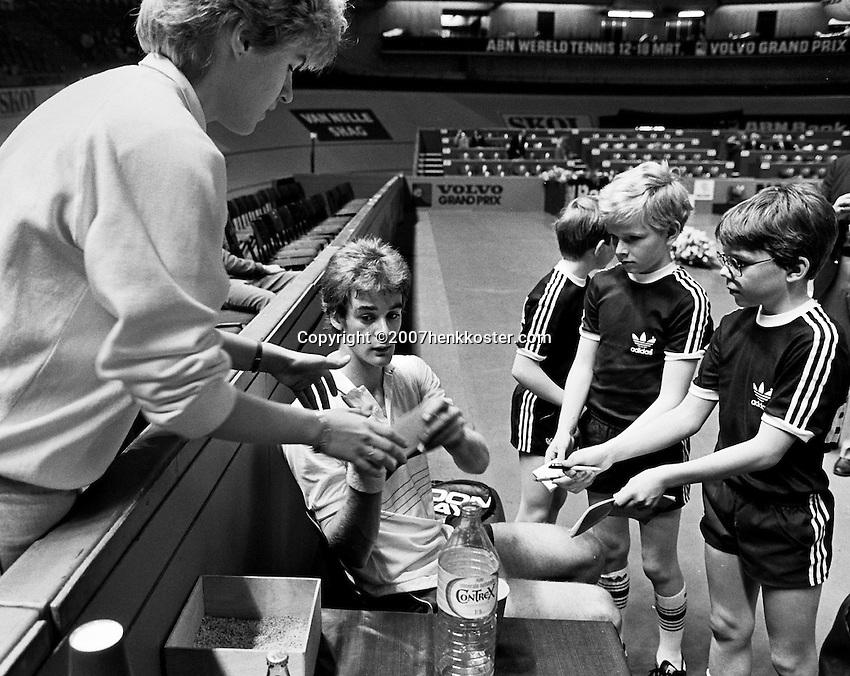 1984, ABN WTT, Jarryd geeft handtekeningen aan ballenkinderen