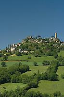 La butte de Turenne, surmonte de son chateau, domine le causse Correzien. Vue de l'est.