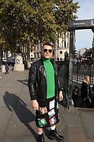 LONDRES, INGLATERRA, 04.11.2019 - CELEBRIDADE-ING - Modelo e influenciador Israel Cassol é visto nas ruas de Londres caminhando com uma saia com caricaturas de grandes personagens políticos. A saia tem caricaturas da rainha Elizabeth 2ª e do presidente brasileiro Jair Bolsonaro. (Foto: Brazil Photo Press)