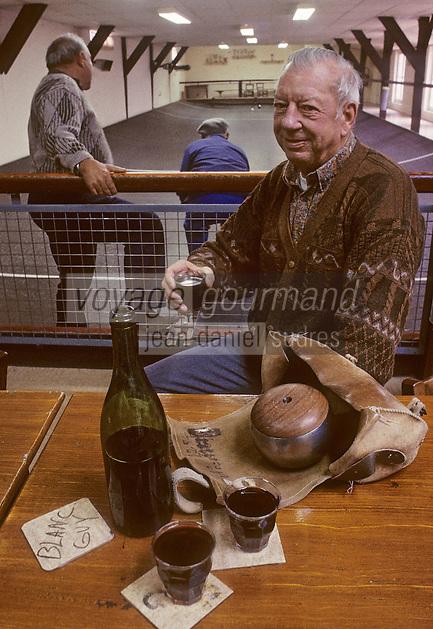 Europe/France/Centre/Indre-et-Loire : Joueurs de Boule de Fort et vin rouge [Non destiné à un usage publicitaire - Not intended for an advertising use]<br /> PHOTO D'ARCHIVES // ARCHIVAL IMAGES<br /> FRANCE 1990