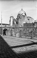 Berlino, quartiere Mitte. Cantiere per la ricostruzione del Berliner Schloss (Castello di Berlino). Nella foto: il Berliner Dom (Duomo) e il museo temporaneo Humboldt Box --- Berlin, Mitte district. Yard for the reconstruction of the Berliner Stadtschloss (Berlin Palace). In the picture: the Berliner Dom (cathedral) and the temporary museum Humboldt Box