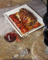 Europe/France/Bourgogne/21/Côte-d'Or/Beaune: Epaule d'agneau confite, cuisinée à la maison Joseph Drouhin à Beaune et verre de Bourgogne Stylisme Valérie Lhomme
