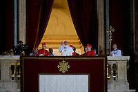 Jorge Mario Bergoglio si affaccia dalla loggia della Basilica di San Pietro dopo essere stato eletto Papa e da dove comunicherà che si chiamerà Francesco