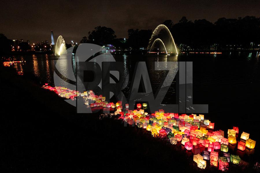 SAO PAULO, SP, 05 DE AGOSTO 2012 - II TOORO NAGASHI - Homenagem aos sobrevivente da bomba nuclear de Hiroshima e Nagasaki durante homenagem  dos 67 anos da bomba atômica de Hiroshima, o Parque do Ibirapuera celebra a segunda edição do Tooro Nagashi (Luzes da Paz) na noite deste domingo. FOTO: VANESSA CARVALHO / BRAZIL PHOTO PRESS.