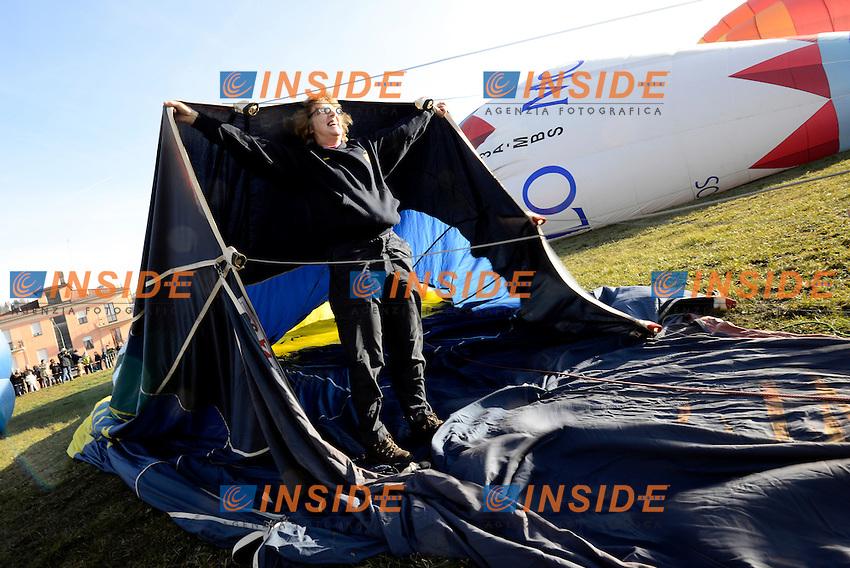Mondovi' (CN), 06/01/2014 <br /> International balloon Rally<br /> <br /> Sue Baker, partecipante di Canterbury (UK), gonfia la vela della mongolfiera durante il raduno internazionale di mongolfiere <br /> Giorgio Perottino / Insidefoto