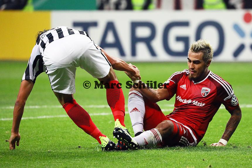 Jesus Vallejo (Eintracht Frankfurt) und Dario Lezcano (FC Ingolstadt 04) helfen sich gegenseitig auf - 25.10.2016: Eintracht Frankfurt vs. FC Ingolstadt 04, 2. Hauptrunde DFB-Pokal, Commerzbank Arena