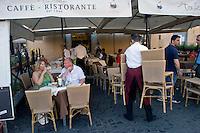 Roma 6 Agosto 2014<br /> Sono tornati per pochi minuti i dehors a Piazza Navona. I titolari dei ristoranti  hanno deciso di alzare le saracinesche e ripristinare gli spazi esterni, ma posizionando i tavolini nel rispetto dei limiti imposti dalle concessioni del comune di Roma. Ma gli agenti della municipale li hanno bloccati: &quot;Non sono autorizzati&quot;. Ristorante Tre Scalini chiude con i clienti ancora ai tavoli,  per ordine della Polizia Municipale, perch&egrave; non in regola con  i limiti imposti dalle concessioni del comune di Roma.<br /> Rome August 6, 2014 <br /> They came back for a few minutes the dehors in the Piazza Navona. The owners of the restaurants have decided to raise the  rolling shutter and restore the dehors, but by placing the tables within the limits imposed by the concessions of the city of Rome. But the agents of the municipal blocking them: &quot;They are not unauthorised &quot;. Tre Scalini Restaurant close, with the clients to the tables, by order of the Municipal Police, why do not comply with the limits imposed by the concessions of the city of Rome.
