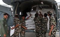 ALLAHABAD, INDIA, 29.04.2015 - TERREMOTO-NEPAL - Ajuda humanitária da Índia é embarcada em helicópteros em Allahabad na India, nesta quarta-feira, 29. Ajuda será levado ao Nepal, que passou por um grande terremoto na última semana, onde milhares de pessoas morreram. (Foto: Prabhar Kumar Verma / Brazil Photo Press/)