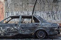 SÃO PAULO, SP, 18.11.2015- ACIDENTE-CARRO -Um veículo pegou fogo após pane elétrica na tarde desta quarta-feira na Rua Professor Nelson de Senna, vila Santa Catarina, zona sul de São Paulo. Não houve feridos. (Foto: Renato Mendes / Brazil Photo Press)