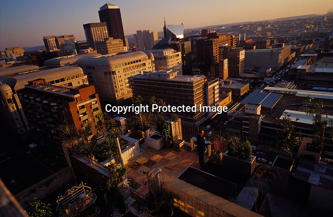 digajhb00177 .Gauteng. Johannesburg, downtown. Landscape  view on the city. 2002. High rise buildings. People on rooftops, Rooftop gardens..©Per-Anders Pettersson/iAfrika Photos