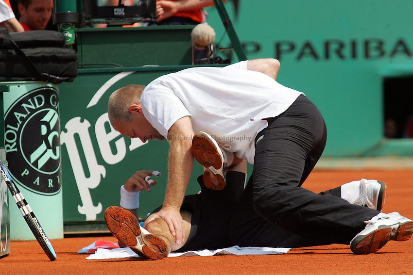 Photo: Iconsport/Richard Lane Photography..Roland Garros 2006..05/06/2006..A physio tends to Alberto Martin's injury.