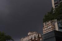 SAO PAULO, 26 DE FEVEREIRO DE 2013. - CLIMA TEMPO SP - Nuvens carregadas cobrem o ceu da regiao sul da capital na tarde desta terca feira, 26. A previsao é de chuva forte para o fim da tarde.  (FOTO: ALEXANDRE MOREIRA / BRAZIL PHOTO PRESS)