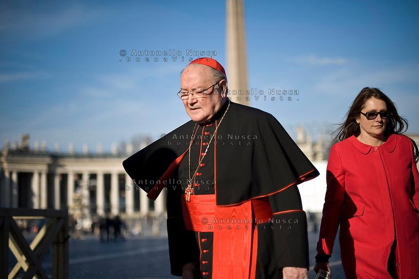 Continuano gli incontri dei cardinali per trovare l'accordo sulla data dell'inizio del Conclave che porterà all'elezione del nuovo Papa dopo le dimissioni di Benedetto XVI. Il cardinale Raffaele Martino in Piazza San Pietro.