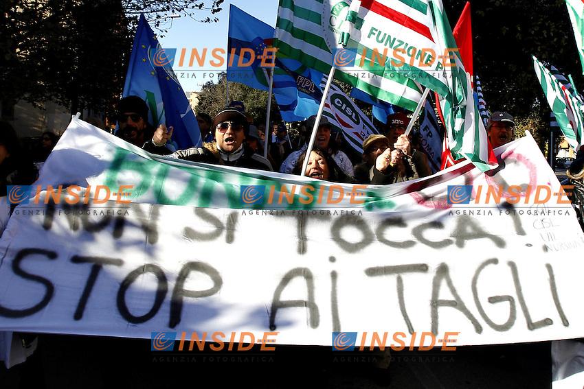 Roma 11/12/2012 Manifestazione dei lavoratori degli ospedali laziali che rischiano forti tagli agli investimenti. Nella foto i dipendenti del CTO Andrea Alesini.Photo Matteo Ciambelli / Insidefoto
