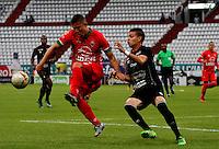 MANIZALES - COLOMBIA -22-05-2016: Daniel Hernandez (Der.) jugador de Once Caldas, disputa el balón con Nicolas Carreño (Izq.) jugador de Patriotas FC, durante partido Once Caldas y Patriotas FC, por la fecha 19 de la Liga de Aguila I 2016 en el estadio Palogrande en la ciudad de Manizales. / Daniel Hernandez (R) player of Once Caldas, figths the ball with con Nicolas Carreño (L) player of Patriotas FC, during a match Once Caldas and Patriotas FC, for date 19 of the Liga de Aguila I 2016 at the Palogrande stadium in Manizales city. Photo: VizzorImage  / Santiago Osorio / Cont.