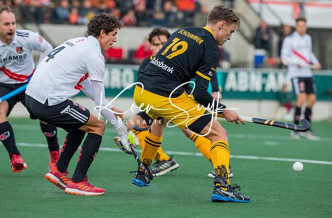 AMSTELVEEN -  Noud Schoenaker (Den Bosch) met Johannes Mooij (Adam)   tijdens de competitie hoofdklasse hockeywedstrijd mannen, Amsterdam- Den Bosch (2-3).  COPYRIGHT KOEN SUYK