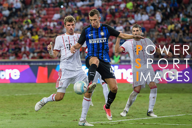 FC Internazionale Forward Ivan Perisic (C) in action against Bayern Munich Forward Thomas Muller (L) during the International Champions Cup match between FC Bayern and FC Internazionale at National Stadium on July 27, 2017 in Singapore. Photo by Weixiang Lim / Power Sport Images