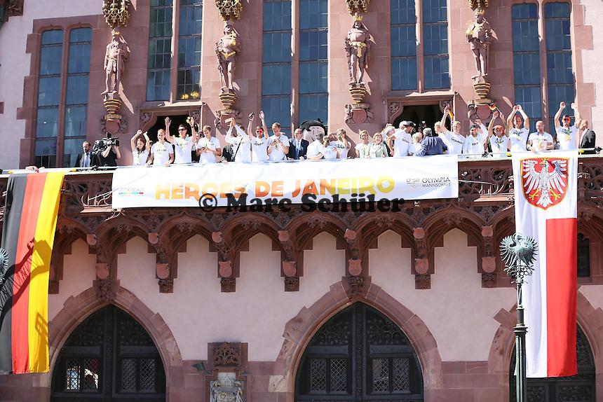 Mitglieder der Olympiamannschaft begrüßen die Fans auf dem Siegerbalkon des Frankfurter Römer