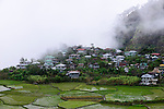 PHILIPPINES, Mountain Province, Cordilleras, rice farming on rice terrace in mountains near Sagada, village in clouds / PHILIPPINEN, Mountain Province, Cordilleras, Reisanbau und Reisfelder in Terrassen in den Bergen bei Sagada, Dorf im Nebel, in den Wolken