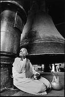 Asie/Birmanie/Myanmar/Haute Birmanie/Mingun: Vieil homme fumant un cigare à côte de la cloche de bronze de la pagode