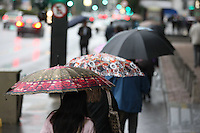 SAO PAULO, SP, 16/07/2012, CLIMA TEMPO. A semana comecou chovosa e gelada na capital paulista, os termometros marcavam 12 graus na Av. Paulista, mas a sensacao termica era menor devido ao vento forte. Luiz Guarnieri/ Brazil Photo Press.