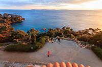 Domaine du Rayol en novembre : vue mer et sur les iles d'Hyères depuis le toit terrasse de  l'Hôtel de la Mer au coucher du soleil.