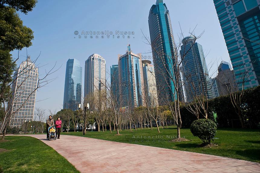 Gente a passeggio in un parco in una moderna zona della citt&agrave;.<br /> people walking in a park of a modern district of Shanghai