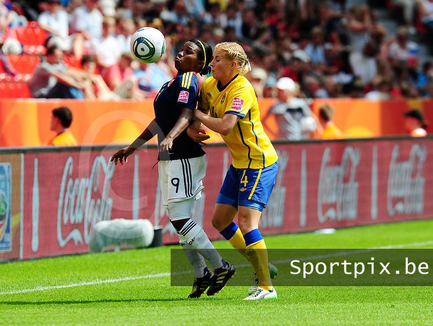 Fifa Women's World Cup Germany 2011 : Colombia - Sweden at Bayarena Leverkusen : Carmen Rodallega aan de bal voor Annica Svensson.foto DAVID CATRY / Vrouwenteam.be
