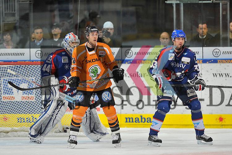 Wolfsburgs Tyler Haskins (Nr.10) vor dem Tor von Mannheims Dennis Endras (Nr.44) und rechts Mannheims Janik Jr. Douglas (Nr.33) beim Spiel in den Playoff der DEL, Adler Mannheim - Grizzly Adams Wolfsburg.<br /> <br /> Foto &copy; Ice-Hockey-Picture-24 *** Foto ist honorarpflichtig! *** Auf Anfrage in hoeherer Qualitaet/Aufloesung. Belegexemplar erbeten. Veroeffentlichung ausschliesslich fuer journalistisch-publizistische Zwecke. For editorial use only.