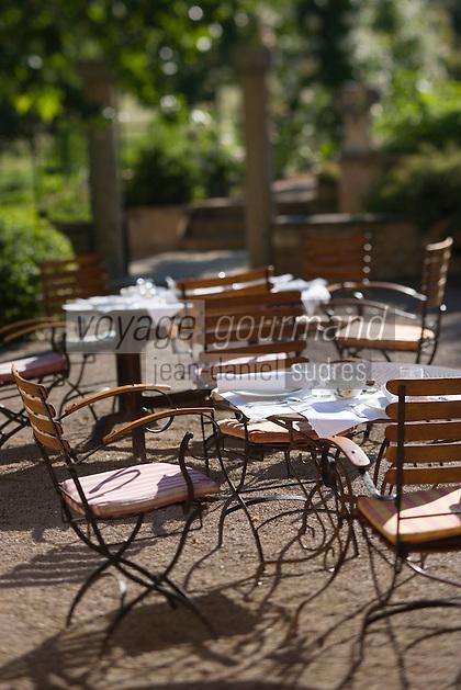 """Europe/France/Provence-Alpes-Cote d'Azur/04/ Alpes de Haute-Provence/Moustiers-Ste-Marie:   Terrasse dans le jardin de la """"La Bastide de Moustiers"""" Hotel de charme"""