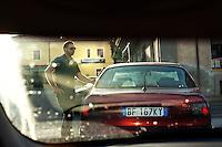 Il neo ministro Maria Carmela Lanzetta neo ministro degli Affari Regionali.<br /> Dal 2006 al 2013 &egrave; stata sindaco di Monasterace, paese della Calabria. Nel Luglio del 2013 si &egrave; dimessa a causa delle difficolt&agrave; e per le continue minacce. La 'ndrangheta le ha bruciato la farmacia e sparato alle gomme dell'auto costringendola a vivere sotto scorta. Nella foto un uomo della sua scorta.