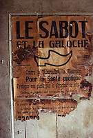 Europe/France/Limousin/23/Creuse/Env Pontarion/St-Eloy : Ancienne affiche de sabotier<br /> PHOTO D'ARCHIVES // ARCHIVAL IMAGES<br /> FRANCE 1980