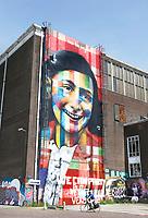 Nederland Amsterdam 2017. De Lasloods op het NDSM Terrein. De Braziliaanse streetartist Eduardo Kobra heeft een monumentaal portret van Anne Frank gemaakt op een van de loodsen. Het kunstwerk is recentelijk onderaan beklad met een tekst : We can party but we have to be very quiet.  In 2018 opent in de Lasloods het grootste street art museum ter wereld. Foto Berlinda van Dam / Hollandse Hoogte