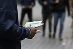 Foto: VidiPhoto<br /> <br /> BREDA – Vrijwilligers uit diverse kerkgenootschappen evangeliseren op de Markt in Breda. Het materiaal in de evangelisatiekraam wordt geleverd door Stichting In de Rechte Straat (IRS). Opmerkelijk is dat de kraam veel bezoekers trekt. In Zuid-West Brabant blijkt er relatief veel belangstelling voor het geloof te zijn.