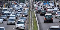 SAO PAULO, SP, 12 DE MARÇO DE 2013 - TRÂNSITO SÃO PAULO - Trânsito na Avenida Moreira Guimarães próximo ao Aeroporto de Congonhas, na zona sul de São Paulo na tarde desta terça-feira (12). FOTO: LEVI BIANCO - BRAZIL PHOTO PRESS